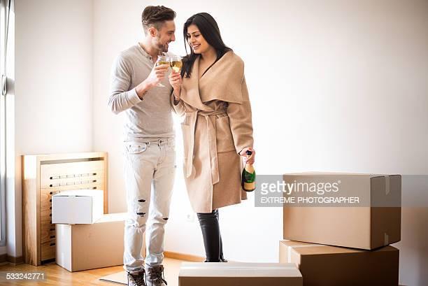 Paar feiert neues Zuhause