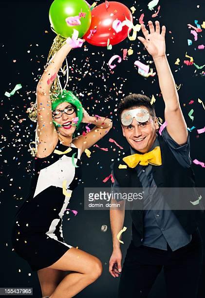 Couple célébration de Nouvel An, fête ou Carnaval, ballons, confettis