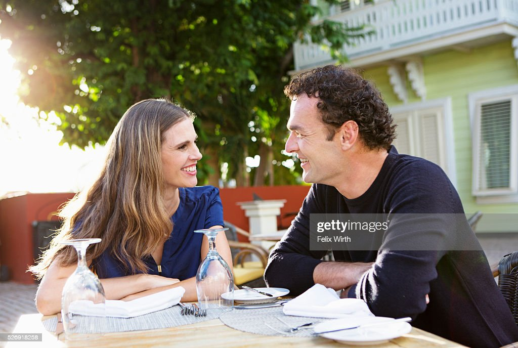 Couple chatting in outdoor restaurant : Foto stock