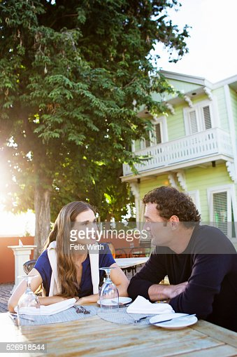 Couple chatting in outdoor restaurant : Foto de stock