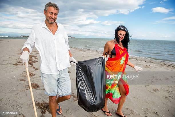 クリーニングのビーチのカップル