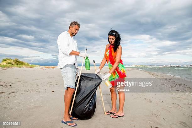 Couple, nettoyage de la plage