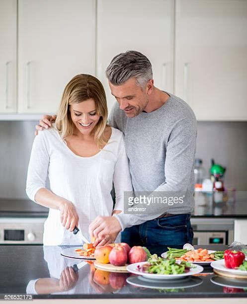 Paar, Kochen zu Hause