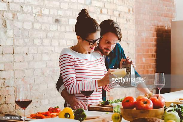 Paar, kochen in der modernen Küche, bereitet pizza