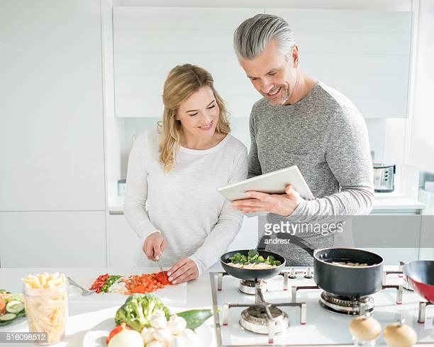 Couple cuisine ensemble à la maison