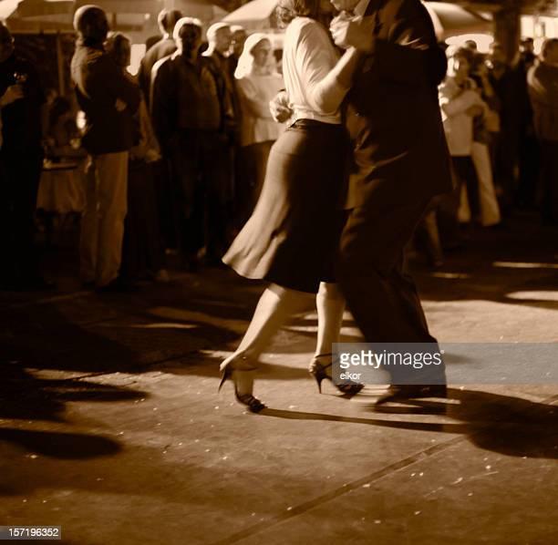 Coppia ballare Tango argentino all'aperto di notte.