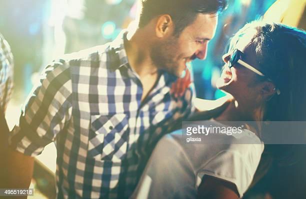 Couple danse à une fête.