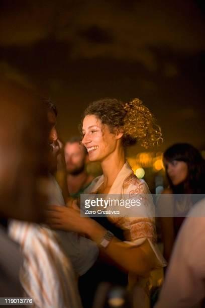 Paar Tanzen auf party bei Nacht