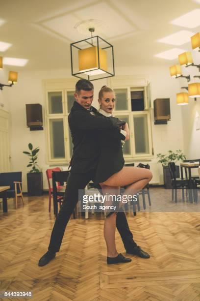 Couple dansant au restaurant