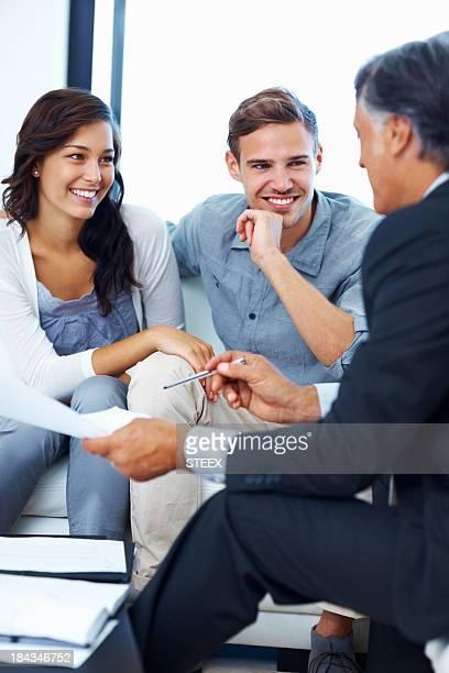 Couple discuter des plans financiers avec conseiller