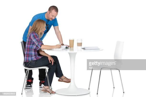 Couple discuter des Notes