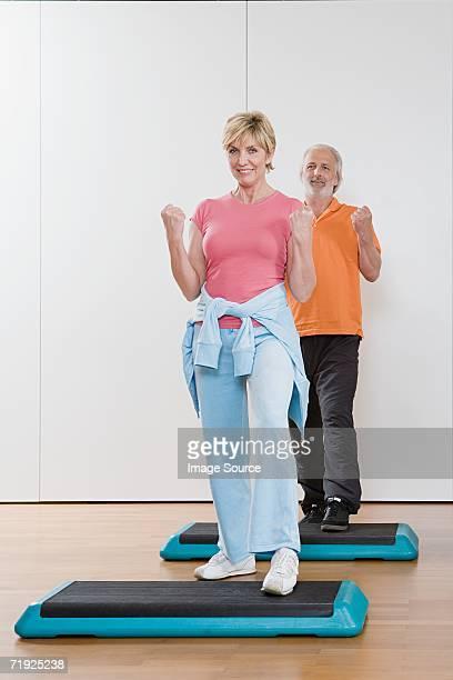 Couple faisant aérobic