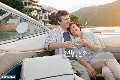 Couple drinking champagne on motorboat : Foto stock