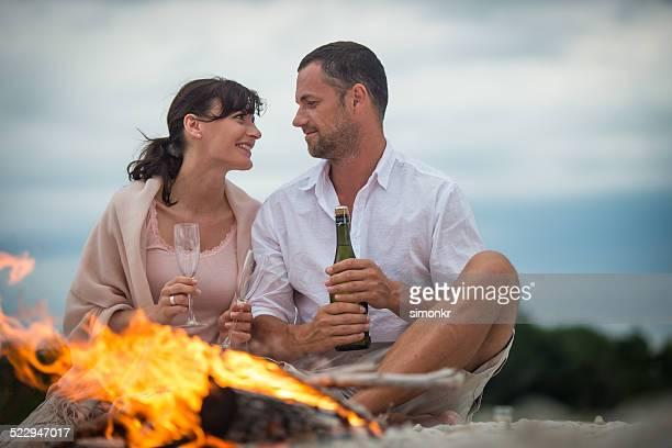 Pareja bebiendo champán en la playa