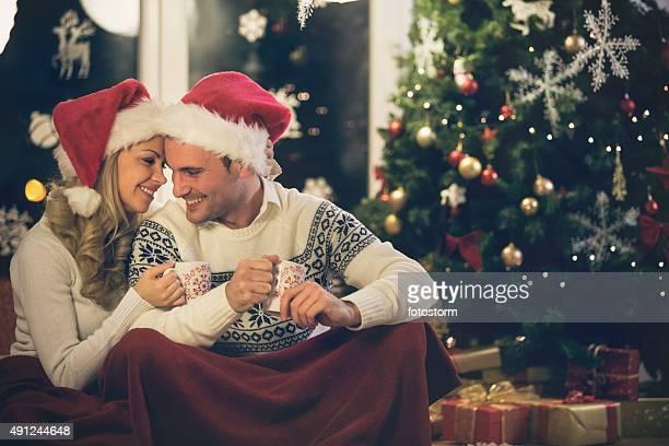 Couple, boire du café ensemble durant les fêtes de Noël