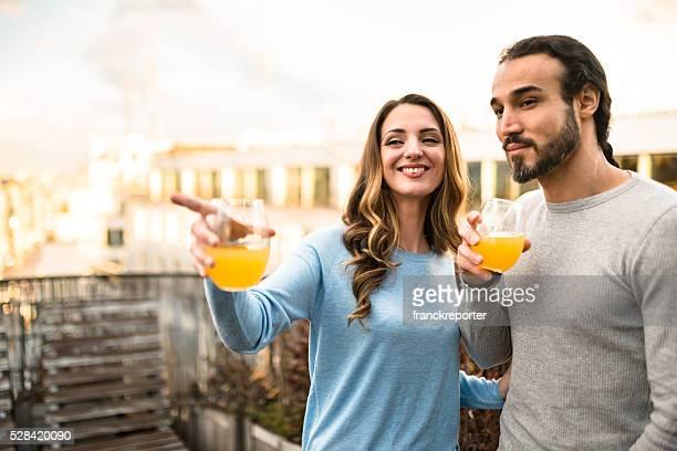 Paar trinken Orangensaft in dem Balkon