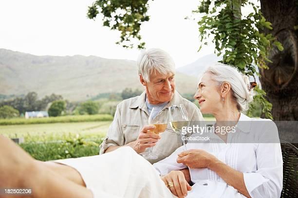 Paar trinken Weißwein auf die Landschaft