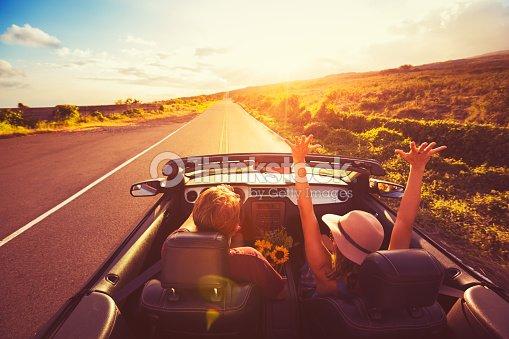 couple en voiture d capotable au coucher du soleil photo thinkstock. Black Bedroom Furniture Sets. Home Design Ideas