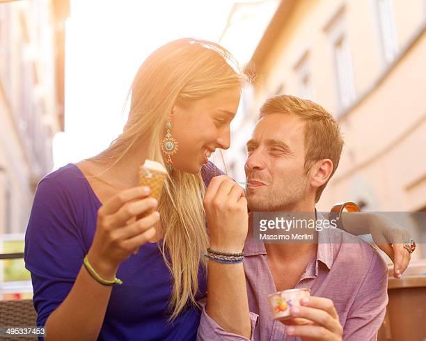 Paar Essen eine ice cream cone