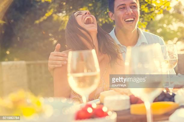 お食事には、ご友人とご一緒に屋外レストランです。