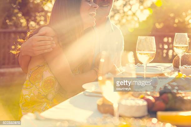 Coppia, mangiare in un ristorante all'aperto con gli amici.