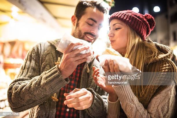 couple manger au marché de Noël