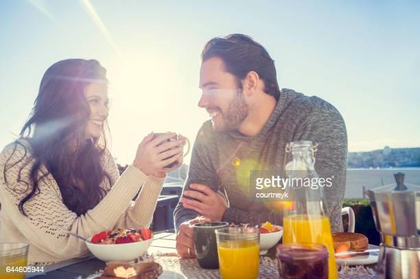 Paar Essen Frühstück im Freien.