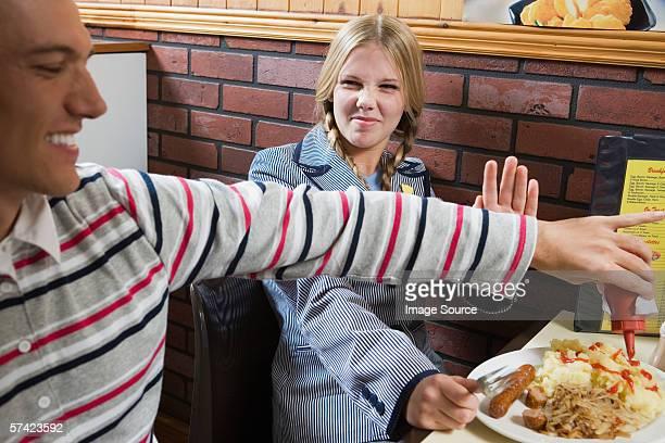 Couple, manger dans un café