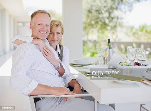 Couple de manger le déjeuner à l'extérieur