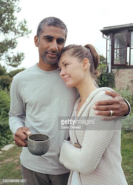 Couple embrassant dans le jardin, portrait d'homme