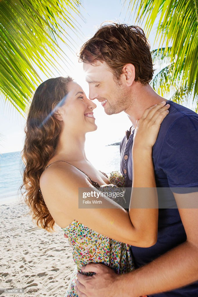 Couple embracing on beach : Foto stock