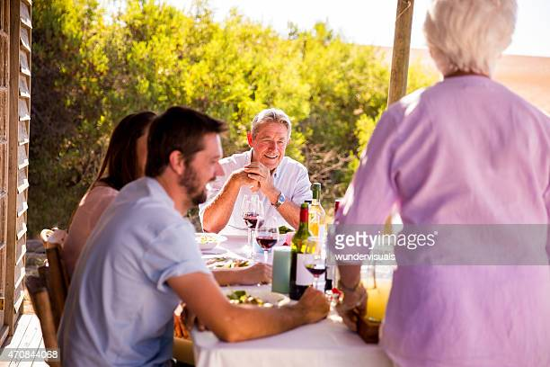 カップル眺めながらのお食事には、ご両親の元