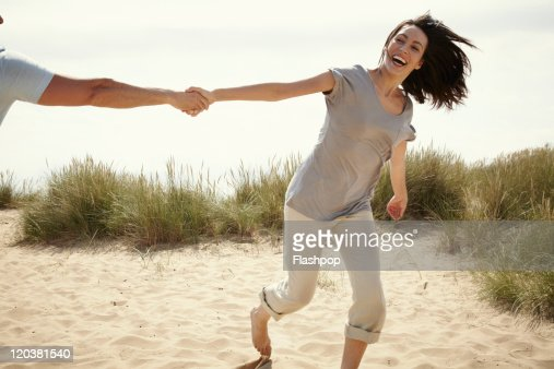 Couple enjoying day out at the beach : Stockfoto