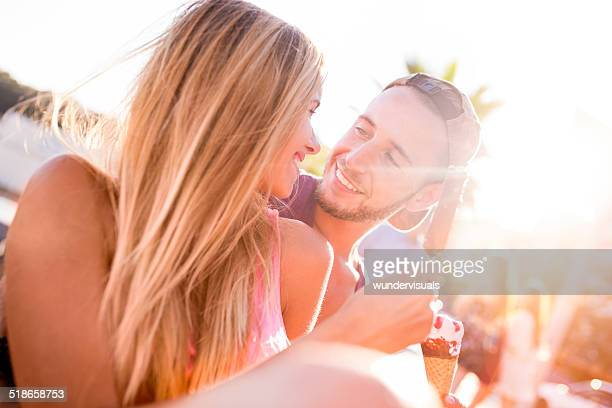 Paar genießen Sie Eiscreme zusammen