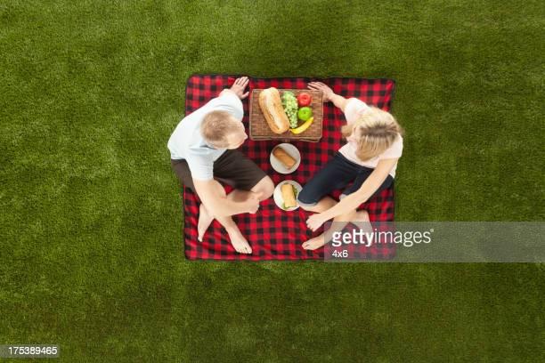 Coppia godendo pranzo al sacco