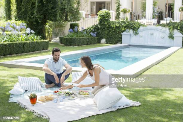 Paar genießen ein Picknick am pool
