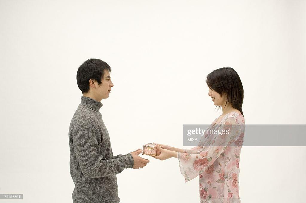 Couple exchanging Christmas present : ストックフォト