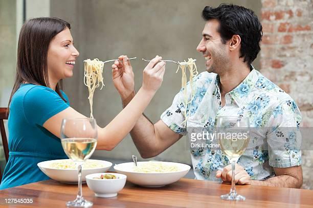 Casal alimentação cada outros Esparguete