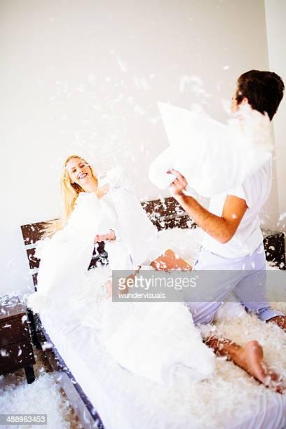 Couple de combat avec des oreillers moelleux