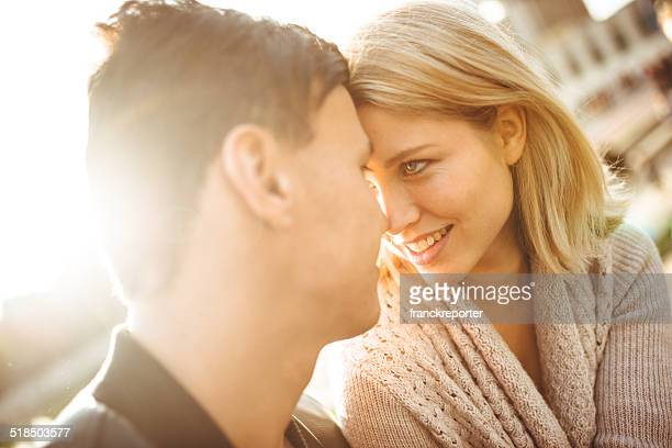 couple flirter dans la lumière du soleil