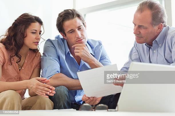 Paar geht über Papiere mit financial advisor