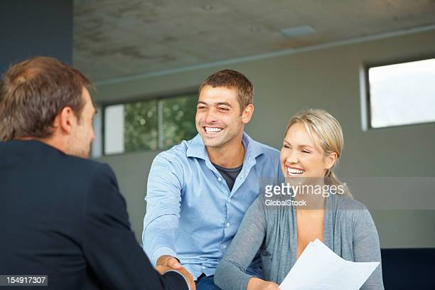 Couple conseiller accueil homme
