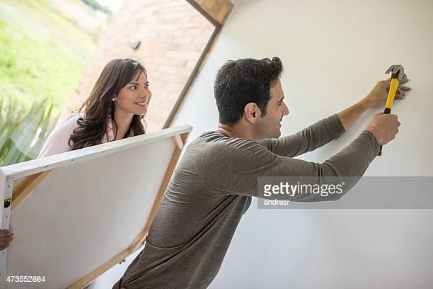 Paar hängenden ein Gemälde