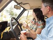 Casal têm almoço no seu aluguer de carros