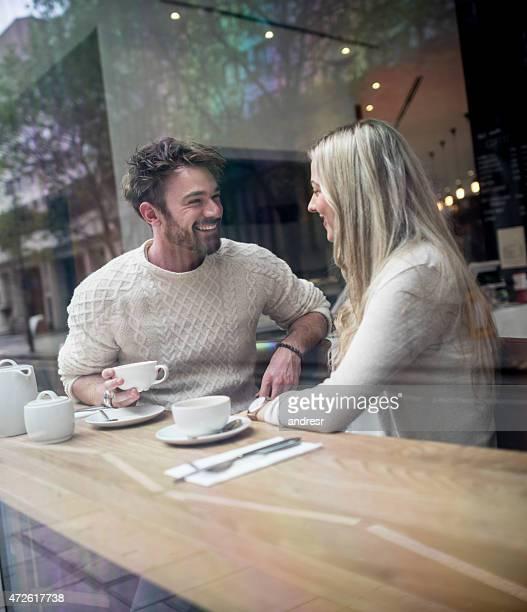 Paar mit einer Tasse Kaffee auf ein Datum