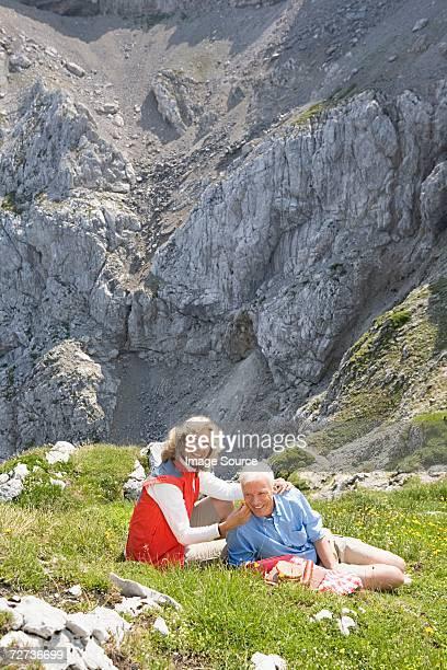 Paar mit einem Picknick im Gebirge