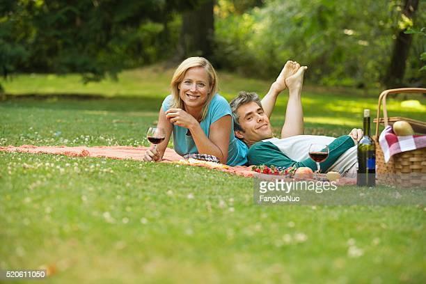 Coppia avendo un picnic nel parco