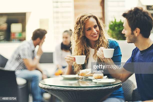 Coppia che gusta una prima colazione italiana al bar