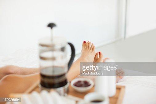 カップルがベッドでの朝食