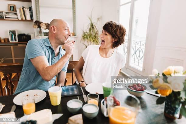Paar mit Frühstück